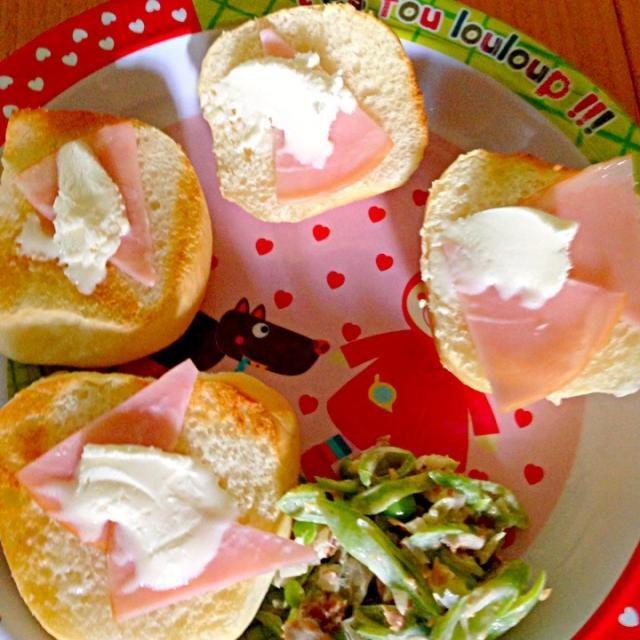 #娘の離乳食の記録 *ディナーロールのハムとクリームチーズのオープンサンド*ササギのサラダ - 4件のもぐもぐ - 幼児食50dお昼ご飯 by attyann