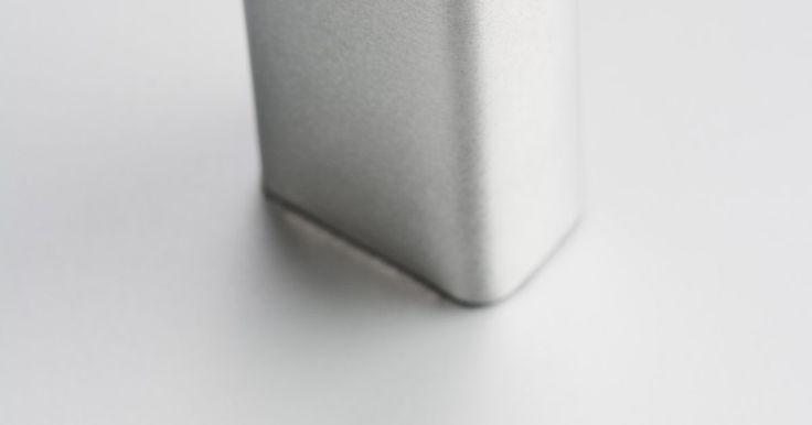 Como fazer uma lâmpada acender com uma bateria de 9 volts. A bateria de 9 volts é diferente da maioria das pilhas; ela é de forma retangular e tem terminais hexagonais na parte superior, sendo geralmente utilizada para alarmes de fumaça. Essa bateria não é muito maior do que uma pilha AA, mas produz seis vezes mais tensão. Se quiser fazer uma lâmpada acender utilizando uma bateria de 9 volts, então ...