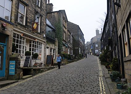 Haworth village photos, home of the Bronte sisters, Worth Valley, West Yorkshire, England, with pictures of landmarks, mills, canals, pubs, cafes, tourist sights and more