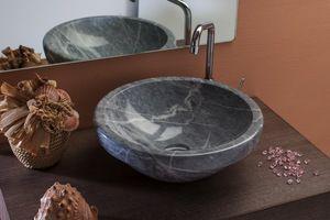 MARMOR VIMINI lavabo da appoggio in marmo Bardiglio 41,4x15 cm. Peso kg. 15Il lavabo Vimini esalta la pietra Bardiglio, il suo bordo più spesso emana un'impressione di stabilità duratura. La stessa pietra scura e venata lo rende ancora più attraenteCaratteristiche:Ogni pezzo è realizzato da un blocco monolitico che rende la varietà del suo disegno un'opera di natura eccellente, ogni lavabo si differenzia da un altro perché la fantasia delle loro venature lo rendono un pezzo unico nel suo…