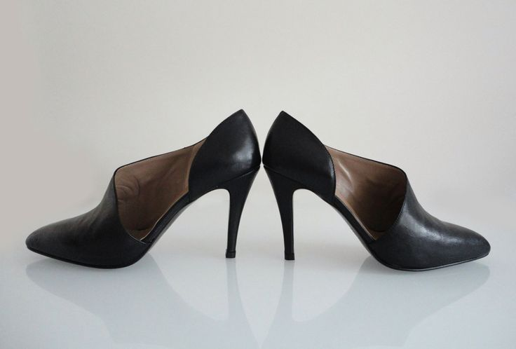 Black leather heels with brown lining, open in the outside, 9.5cm