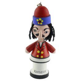 "Aceasta mascota realizata din lemn este pictata manual in nuante de rosu, albastru, galben, roz, alb si negru si este personalizata cu text ""Romania"" la baza.Mascota il infatiseaza pe domnitorul Vlad Tepes. (Keychain inspired by Vlad Tepes)"