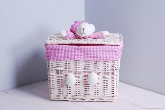 Biały pojemnik z wikliny - różowy miś