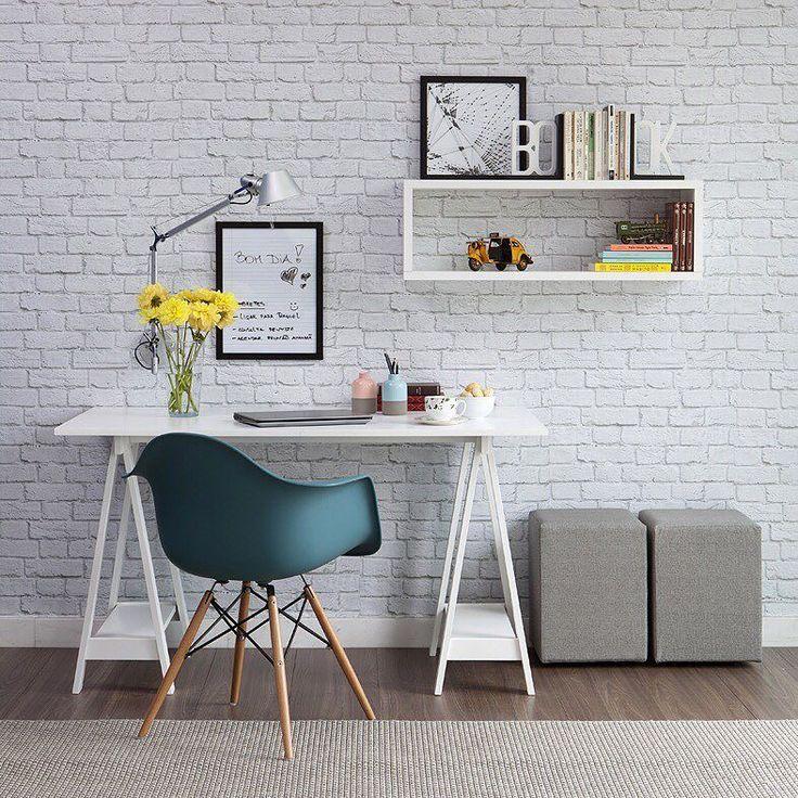 Home office divertido e LINDO da Casa Mobly. Papel de parede de tijolinhos escrivaninha com cavalete e uma cadeira Eames para completar o combo da fofura! <3 Produtos: - Escrivaninha Sara Branco; - Cadeira Eames com braço; - Vaso De Cerâmica Duo Color 7X7X12Cm Gray And Pink; - Vaso De Cerâmica Duo Color 7X7X12Cm Gray And Blue - Puff Quadrado Tissue Cinza; - Quadro Decorativo - Abstrato - 065qda; - Quadro De Recados Caderno; - Papel de Parede Autocolante Rolo 060 x 5M - Tijolo Branco…