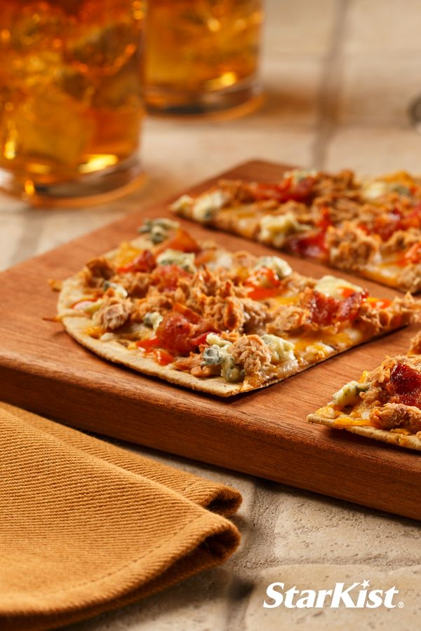 5 ingredients are all you need to make this quick Buffalo Tuna Pizza!