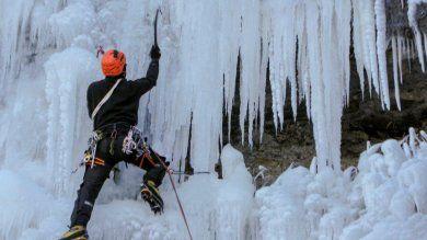 La cascata è ghiacciata: la sfida dell'arrampicata sul Falterona   - foto