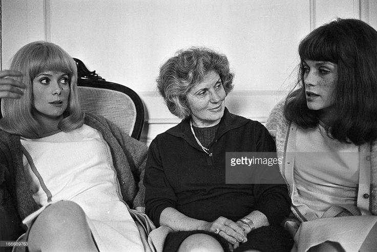 Entre ses filles Catherine Deneuve et Françoise d'Orléac , la maman : Renée Simonot née le 10 septembre 1911  (ici en 1967)