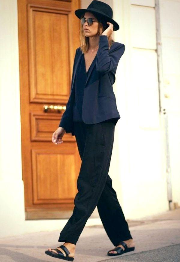 Entre fluidité et élégance casual, ce look noir et bleu a tout bon ! (Sara Donaldson)
