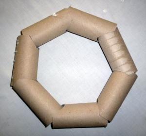 http://www.wunderbare-enkel.de/weihnachten-basteln/1388/weihnachtskranz-aus-toilettenpapierrollen