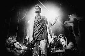 """Jakub Wocial jako Jezus w rock operze """"Jesus Christ Superstar"""" na scenie Teatru Rampa"""