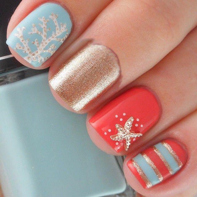 Uñas decoradas en color coral y azul con una estrella de mar