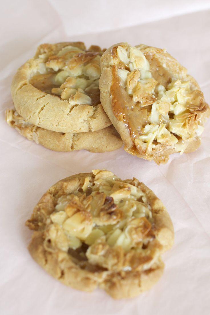 Tosca & Kola kaka | mjukt smör, socker, ljus sirap, grädde, mandelspån
