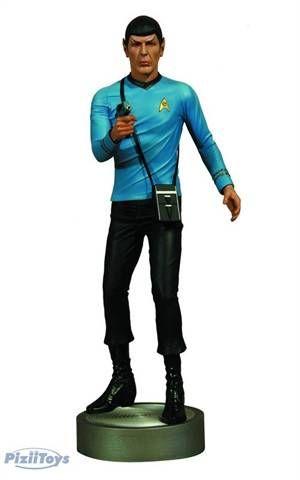Sr. Spock, oficial de ciências da nave estelar Enterprise, recriado em uma fantástica escala de 1/4. Com uma autêntica semelhança de Leonard Nimoy no personagem como o Sr. Spock, a todos os fãs de Star Trek! Spock está pronto para a ação com o phaser na mão, fiel tricorder, e a base temática do transportador - 'Beam me up Scotty!'  - Edição Limitada. Apenas 760 peças produzidas pro mercado mundial.