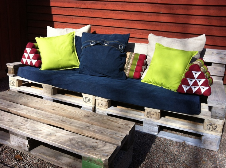 A cool project I did together with a friend. An outdoor lounge sofa from pallets. Triangle pillows from AnnaKarins. Soffa av lastpallar som jag gjort tillsammans med en kompis!