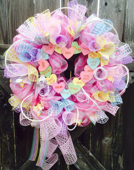 Liebe, Liebe, liebe diesen Kranz! Süße Stil voller beraubt, Rosa Deko-Netz, lila & rosa & blau & gelb Basket Weave Mesh, funkelnde Silber & Pastell Multi Color & gelbe Zick Zack, Bänder, prickelnde Seil und eine lustige Herzen inspiriert von den Süßigkeiten, die wir alle kennen & Liebe. Dieser Kranz ist whimsical, wunderschöne & versandbereit