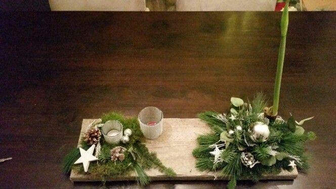 Op steigerhouten plank kerststuk gemaakt.