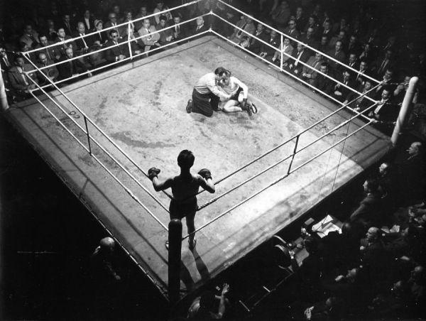 Central Sporting club, rue du faubourg Saint Martin mai 1953 |¤ Robert Doisneau | 13 février 2016 | Atelier Robert Doisneau | Site officiel