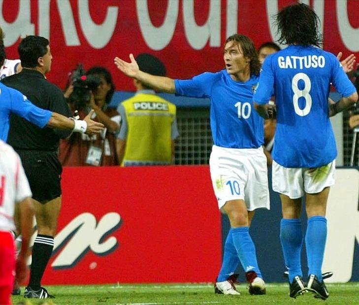 Il momento della sostituzione tra Francesco Totti ed Alessandro Del Piero durante la partita dei #mondiali Italia-Ecuador a Sapporo, 3 giugno 2002. #azzurri #italia #worldcup