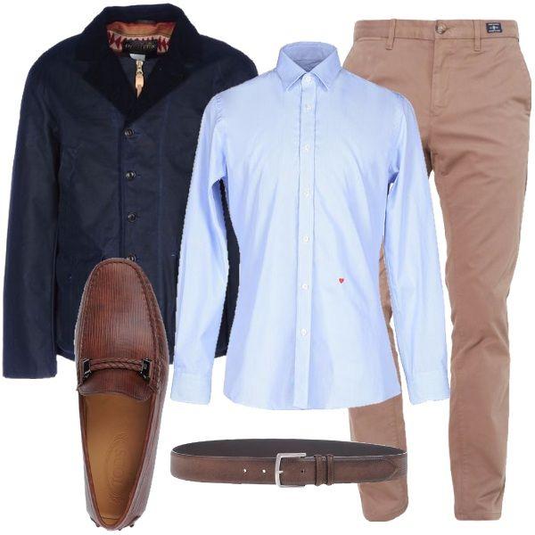 Outfit composto da pantaloni chino taglio a sigaretta, camicia con collo classico e giubbotto monopetto con bottoni e zip. I mocassini e la cintura sono in pelle di colore marrone.