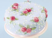 This beautiful cake is very on trend with its vintage feel.