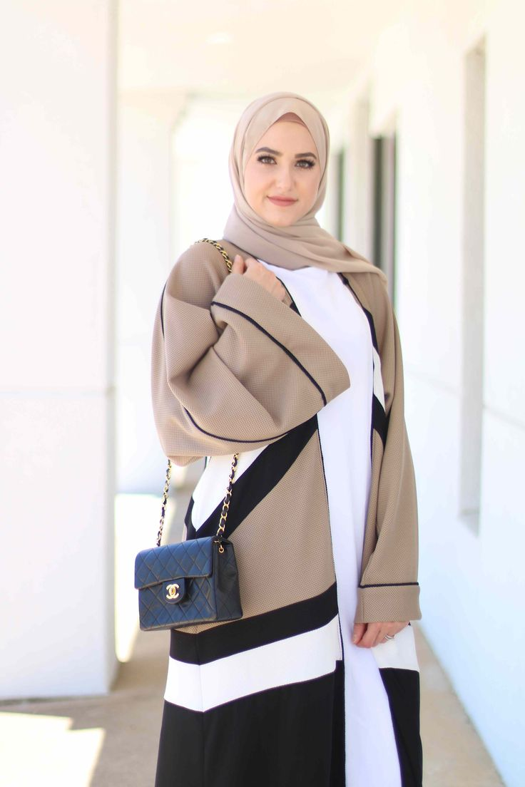 Close up at Colour Block abaya at www.annahariri.com as worn by Leena Asad from @withloveleena (IG)
