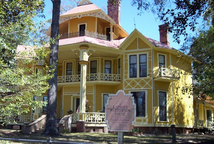 Фото красивого сайдингового дома в викторианском стиле с узорами