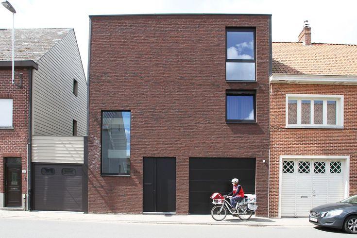 Voorgevel nieuwbouw rijwoning. Wienerberger baksteen, zwarte alumnium ramen, deur en poort. Moderne, sobere architectuur.
