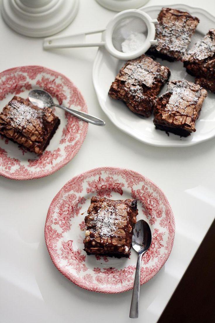 Marenki-suklaabrowniet ja kondensoidusta maidosta tehty suklaakastike.