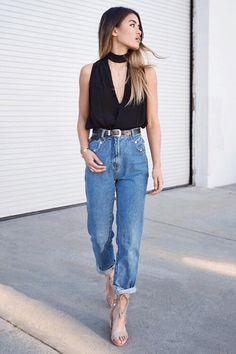 Look básico com mom jeans reto, cinto de fivela preto, blusa com decote longo, skinny scarf e sandália nude