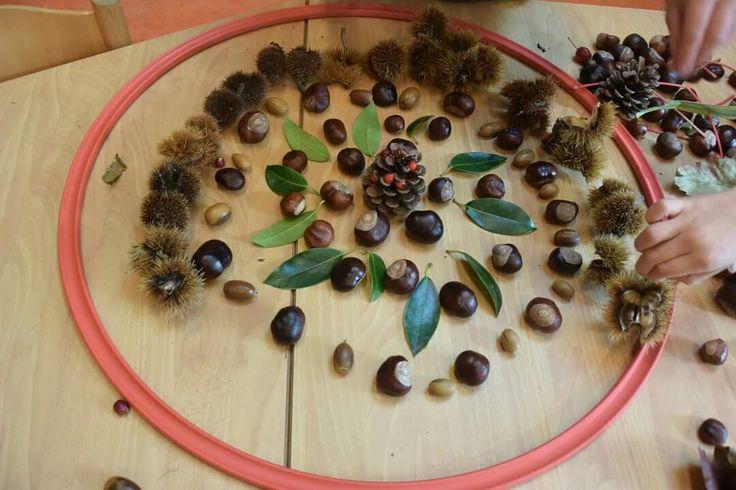 Leg een mandala in een hoepel van herfstvruchten