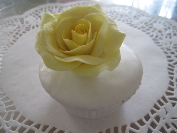 cup cake - yellow rose