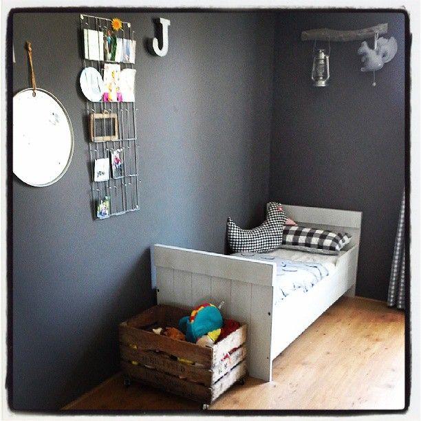 17 beste idee n over grijze jongens kamers op pinterest verticaal gestreepte muren grijze - Blauwe en grijze jongens kamer ...