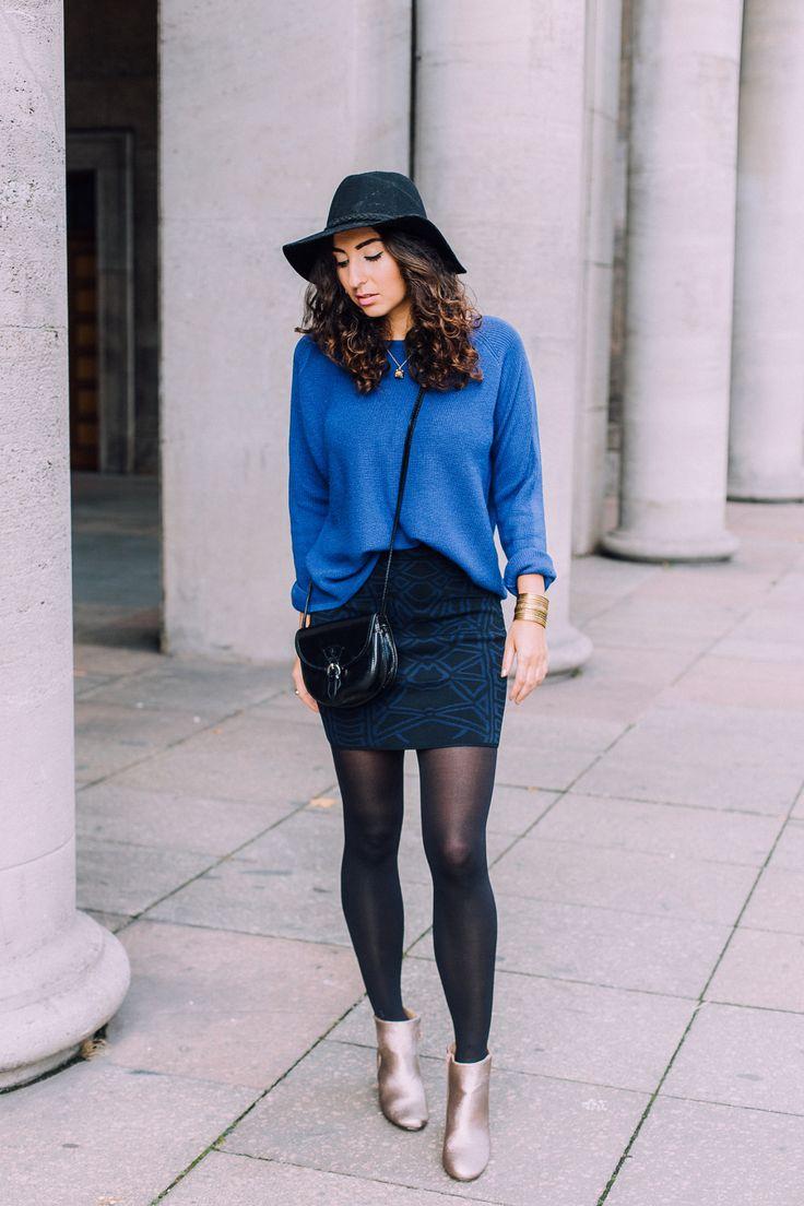 Golden Booties Fashionpills BeInApp Nelly Fashionblog Samieze Outfitblog Modeblog Blue Oversize Sweater Skirt Look Winter Fall Streetstyle Black Bag a