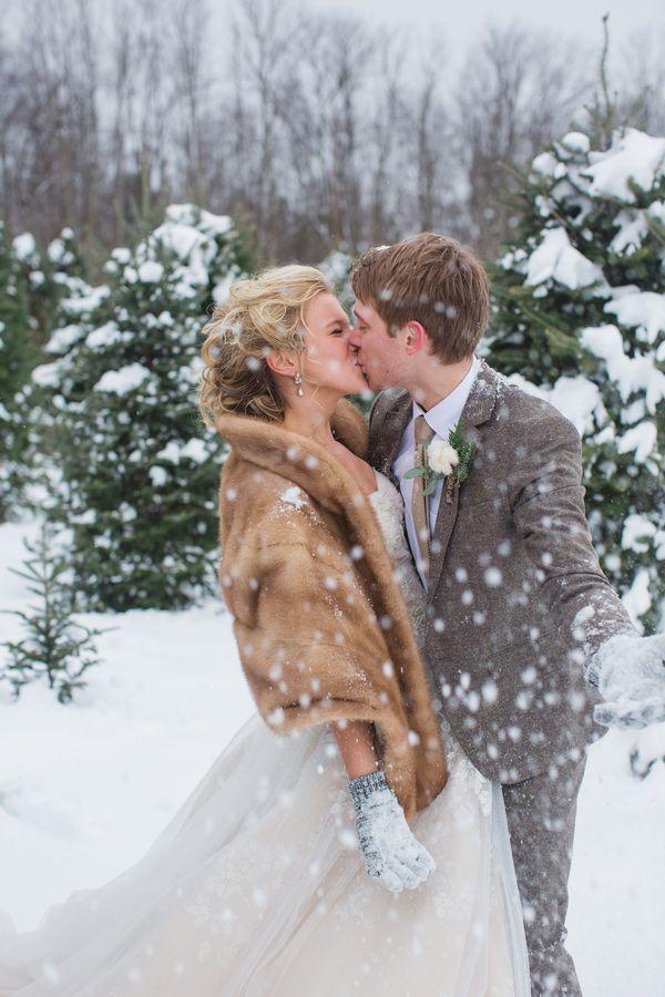 ロマンチックな雪の中でのロケーションフォト♡ 冬らしいウェディング・ブライダルのアイデア。