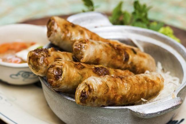 Friterte vietnamesiske vårruller er herlig sprø utenpå og fulle av gode smaker!