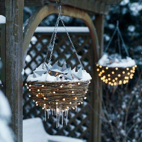 Super Idee für die Garten Beleuchtung. Einfache Körbe mit Metallketten und -haken aus dem Baumarkt aufhängen. An dem Korbgeflecht außen ganz normale Lichterketten in regelmäßigen Abständen aufhängen.