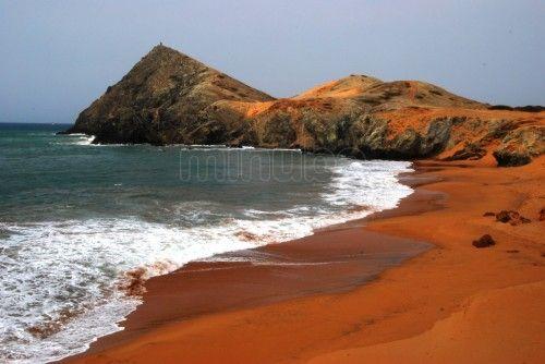 Cabo de la Vela. La Guajira es una extensa región que ocupa la península más septentrional de Colombia y de Sudamérica. Habitada por los nativos wayúu. La capital de La Guajira es Ríohacha.