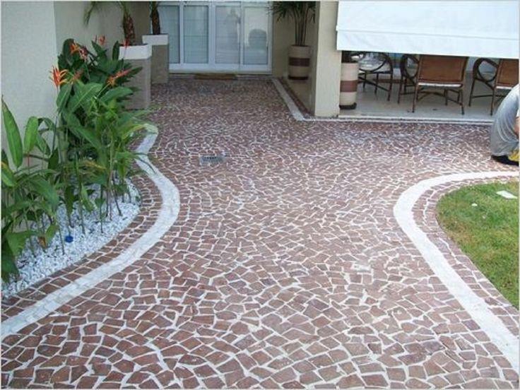 Piso com pedras portuguesa.  http://www.niropedrasdecorativas.com.br/#