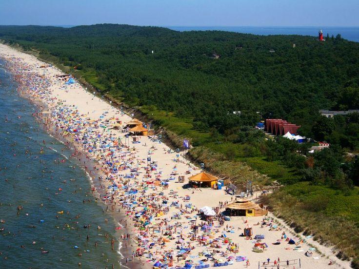 Krynica Morska jest wspaniałą miejscowością, posiada najdłuższą czystą, szeroką plażę nad polskim morzem, z miłym dla stóp miękkim piaskiem - certyfikat Błękitna Flaga , gdzie oprócz spacerów, słonecznych kąpieli, miękkiego białego piasku, pływania na otwartym morzu, życia nocnego w centrum i w dyskotekach na plaży , każdy znajdzie coś miłego dla siebie. http://www.krynicamorska.pw