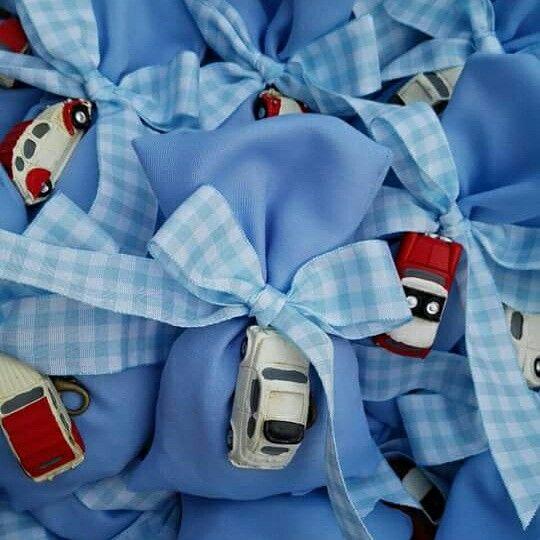 Μπομπονιέρα  βάπτισης  Για αγοράκι σε οικονομικές τιμές! Μπλε πουγκακι με ρετρό αυτοκινητάκι!