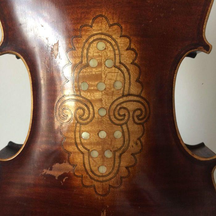 Gebruikte viool  Een 4/4 viool met een mooi en krachtig geluid. De viool heeft geen label of andere merken onbekende fabrikant en oorsprong. Viool totale grootte: 60 cm; het achterste bord is gemaakt van twee stukken van geaderde esdoorn de achterste bestuur heeft een mooie en bijzondere decoratie gemaakt door de moeder van de parel en draden door kleine puntjes. Bestuur grootte aan de achterkant: 36.2 cm. De viool is geen barsten open of gesloten. Het instrument is in conditie. Geen geval…