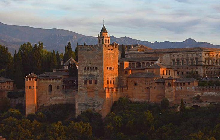 """Alhambra, """"det röda fortet"""", en känd sevärdhet i Andalusien."""