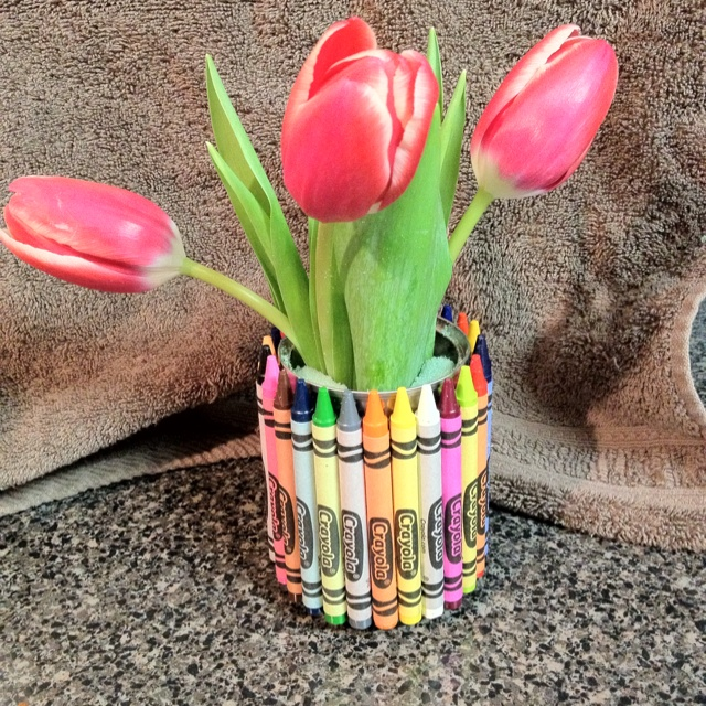 Crayon pencil cup for teacher Valentine's gift. Made using soup can, 27 crayons, & hot glue gun