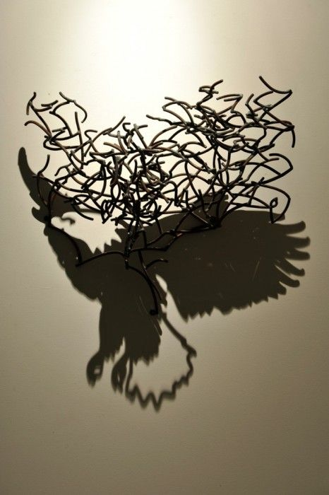 Larry Kagan fabrique des enchevêtrements de fils métalliques qui produisent des ombres super réalistes de divers animaux et objets. Via laboiteverte sculpture  aigle/eagle
