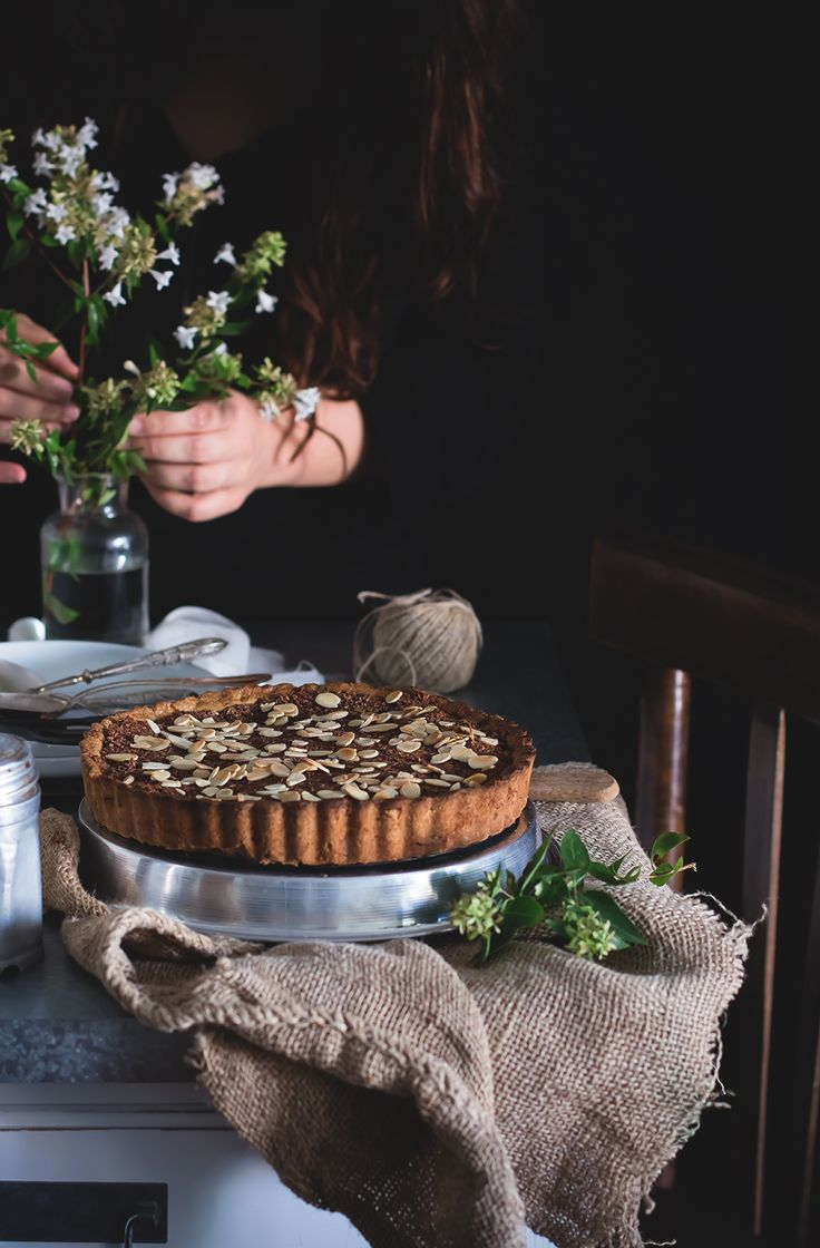 Crostata integrale con ripieno di cioccolato, cocco e mandorle