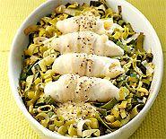 Sur un lit de poireaux et cuits au four, les filets de flet ou de carrelet obtiennent un excellent goût.