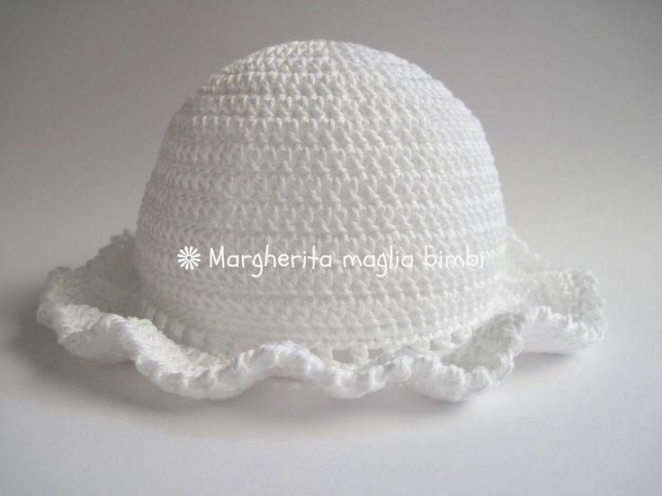 cappellino bimba con piccola balza, in cotone Egitto bianco, fatto all'uncinetto