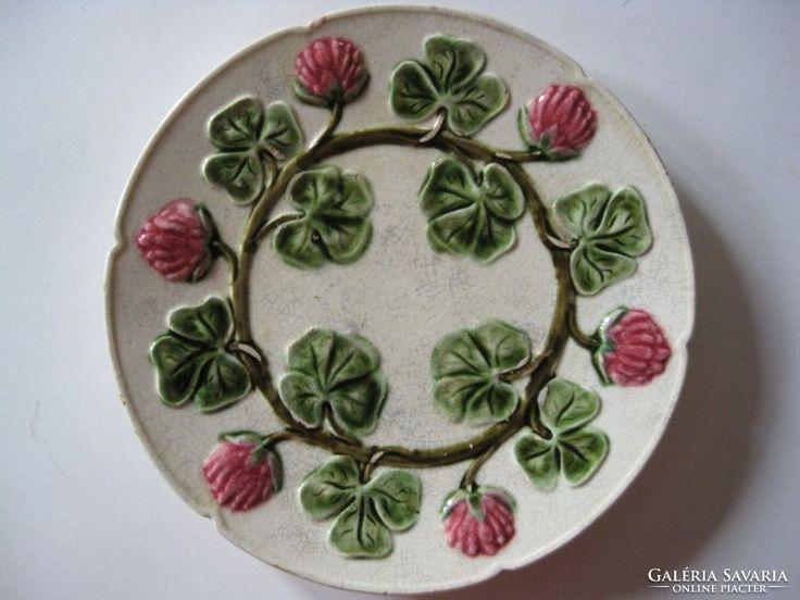Virágos majolika tányér