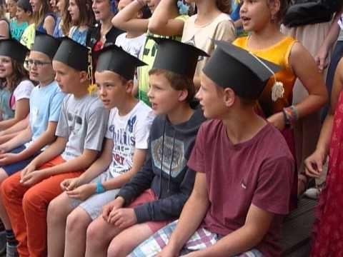 De leerlingen van het 6de leerjaar namen met een leuk lied afscheid van hun lagere school.