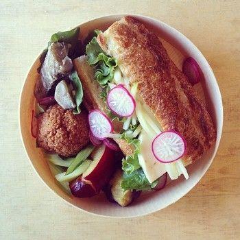 外国人モデルさん用のお弁当はサンドイッチ。 青パパイヤとモッツァレラをバケットに挟んで。